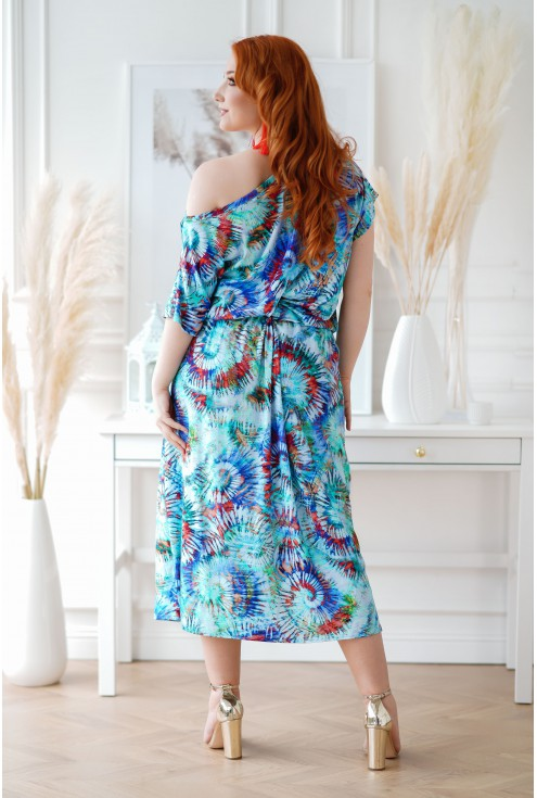 niebieska sukienka z kolorowym wzorem