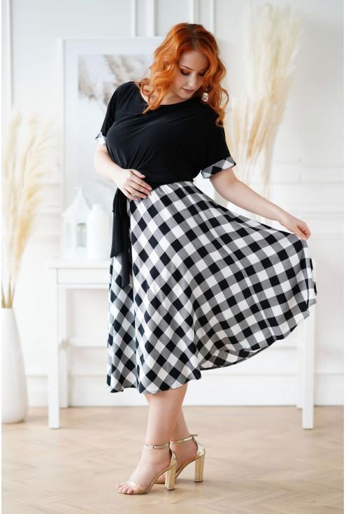 sukienka z ponadczasowym wzorem kraty