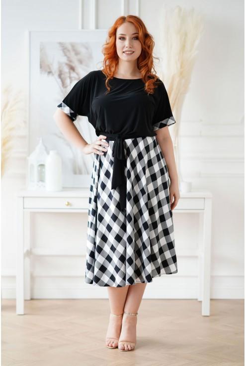 Długa czarna sukienka w drobną kratę