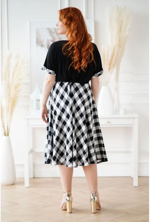 czarna sukienka plus size w kratę