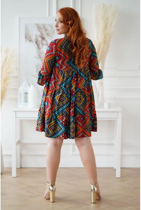 Sukienka z azteckim kolorowym wzorem i falbankami