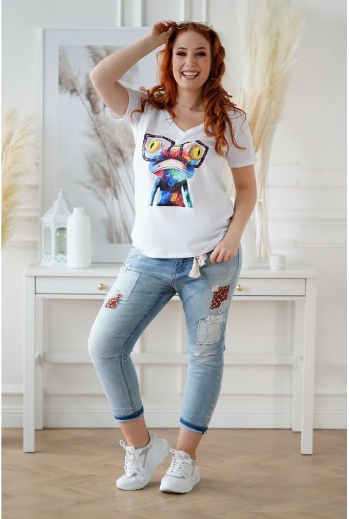 Jasne jeansy z łatkami i materiałowym paskiem