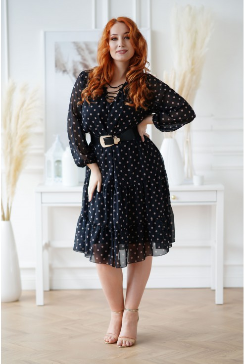 czarna sukienka z wiązaniem na dekolcie