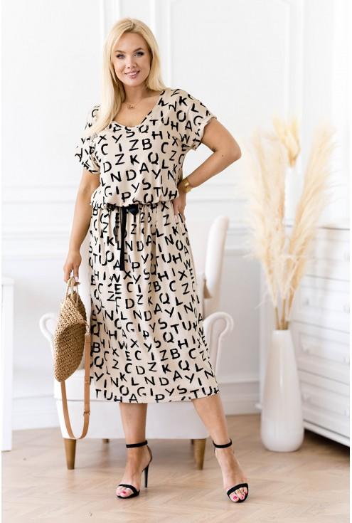 Beżowa sukienka z czarnymi literami