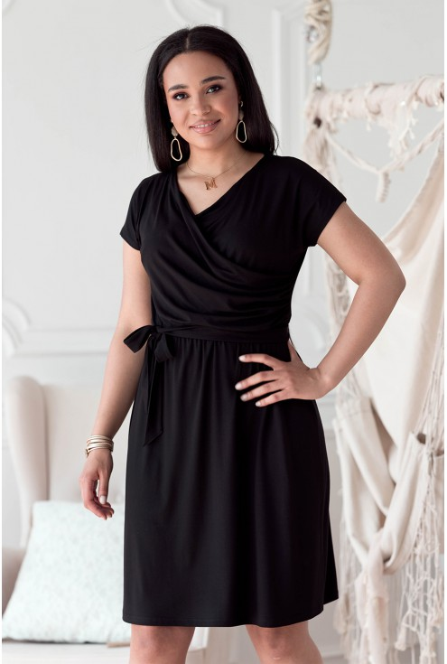 Czarna sukienka z krótkim rękawkiem z kopertowym dekoltem - LUCINNE