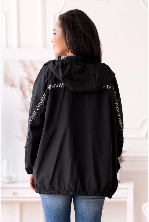 Tył czarnej letniej kurtki przeciwdeszczowa
