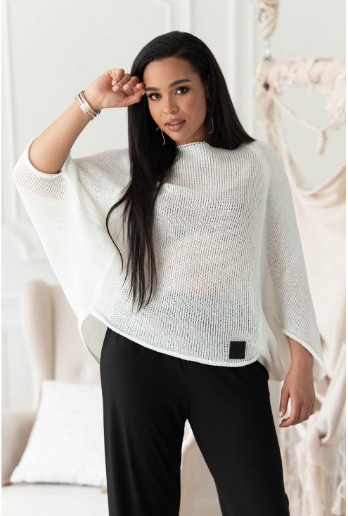 Biały sweterek z obniżoną linią ramion
