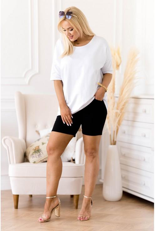 biała bluzka i czarne krótkie spodenki