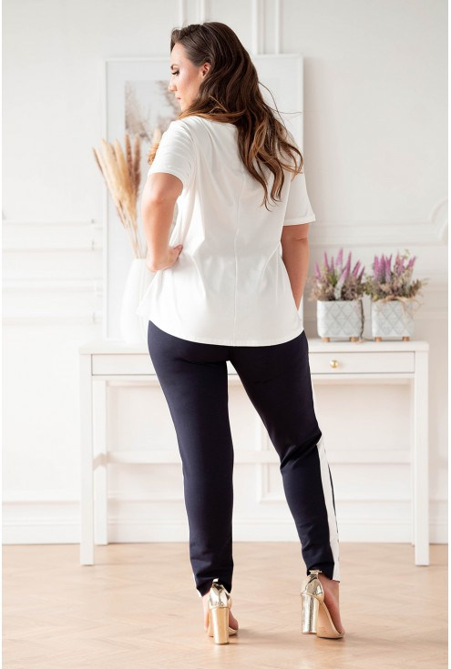 tył biało-granatowego dresu ze spodniami z lampasem plus size dla kobiet