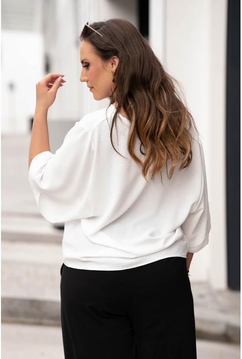 Tył pięknej kremowej bluzki w dużych rozmiarach