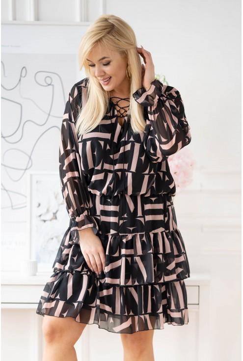 Piękna czarna sukienka w beżowe litery w rozmiarach plus size dla kobiet
