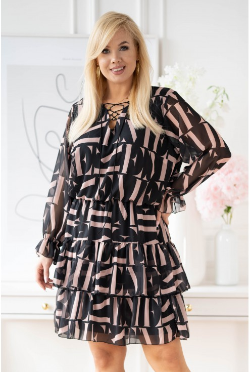 Czarna sukienka w beżowe litery z falbanami xxl