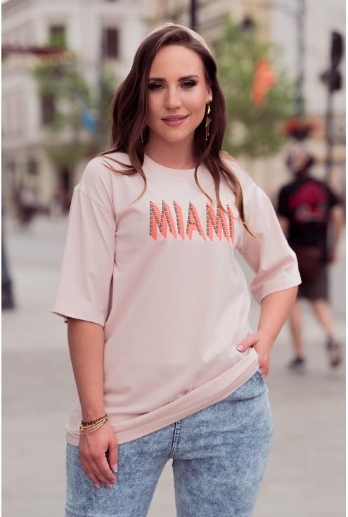 Wygodna bluzka z pomarańczowym napisem w kolorze pudrowym plus size