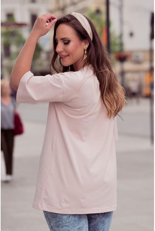 Tył pudrowej bluzki z napisem duże rozmiary dla kobiet