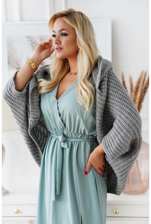 szary sweter z obniżoną linią ramion