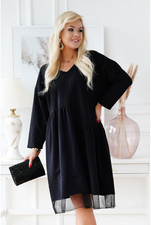 Czarna sukienka z ozdobnymi falbankami