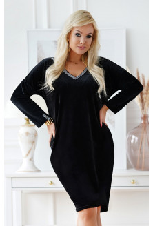 Welurowa czarna sukienka z ozdobnym dekoltem V w grecki wzór - Fabiola